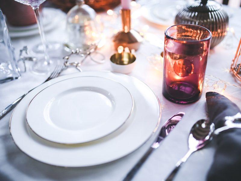 Opgemaakte eettafel voor gourmetten tijdens Kerst