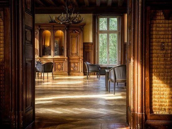 Een houten vloer in de woonkamer