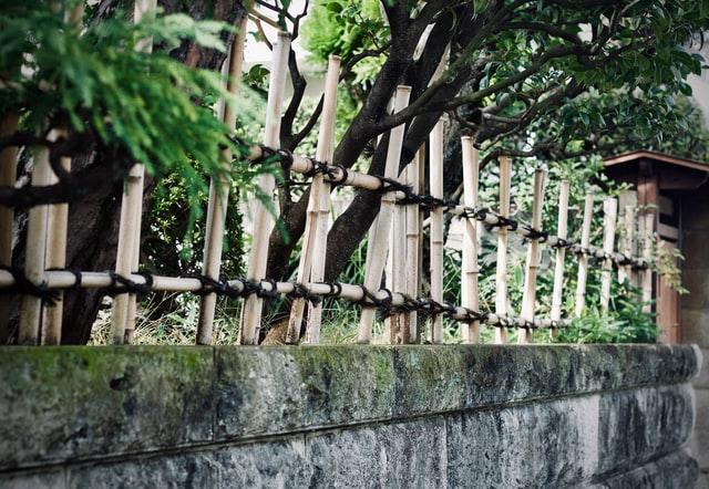 L-elementen van beton voor een renovatie van je tuin